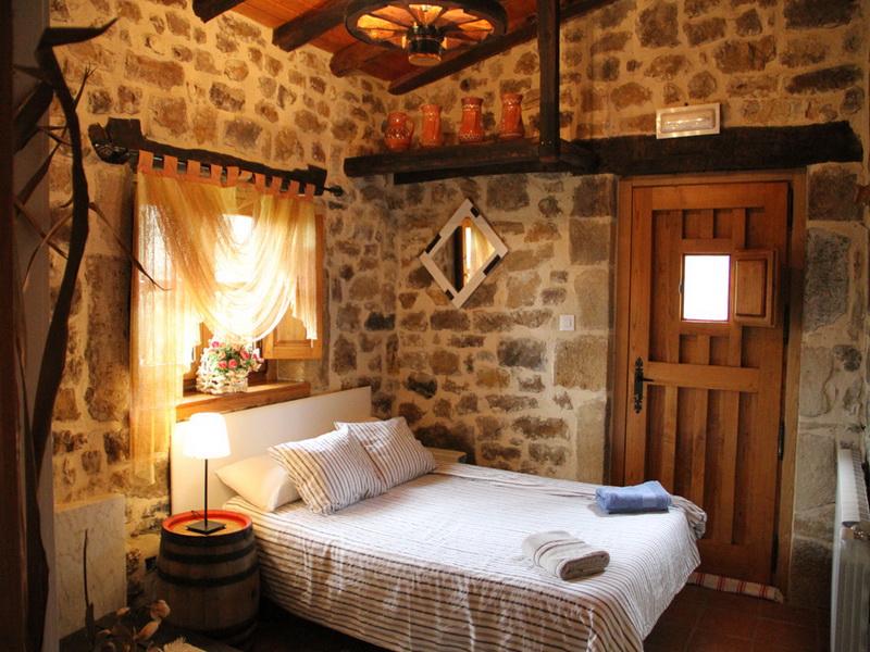 Habitación con cama de matrimonio de la Casa rural El Pilón