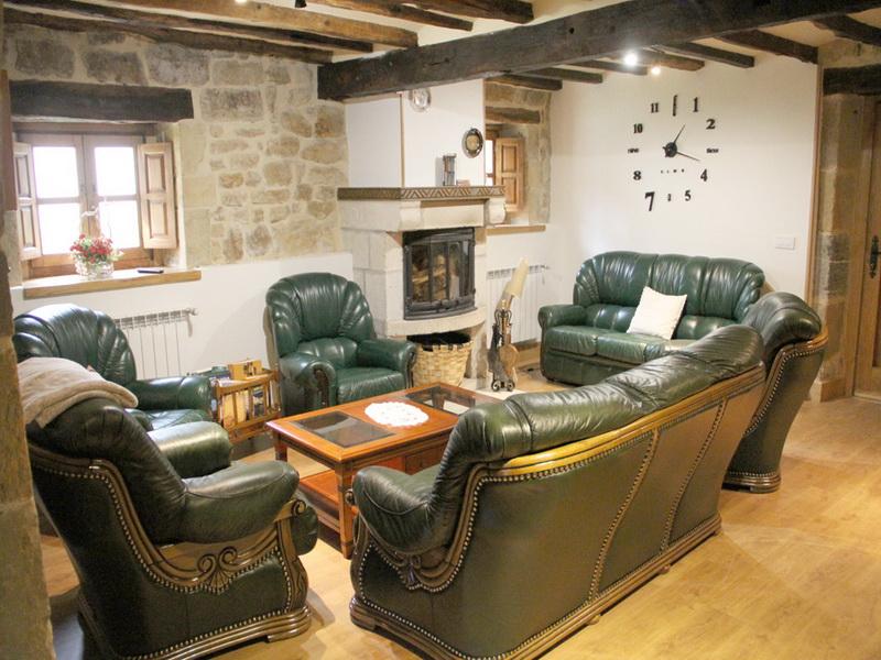 Gran salón con Chimenea de la Casa rural El Pilón