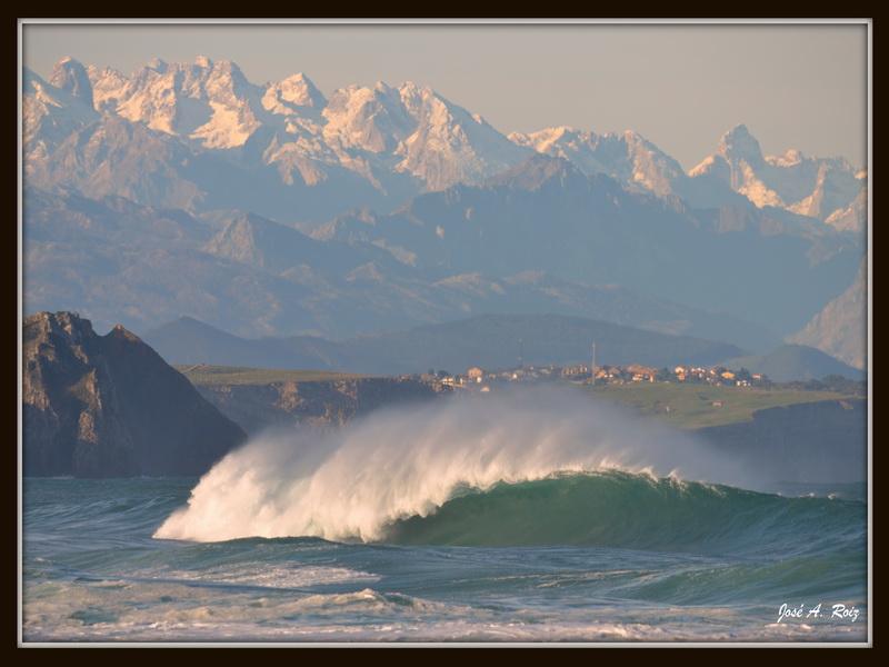 Olas y montañas desde La Surferia Suances