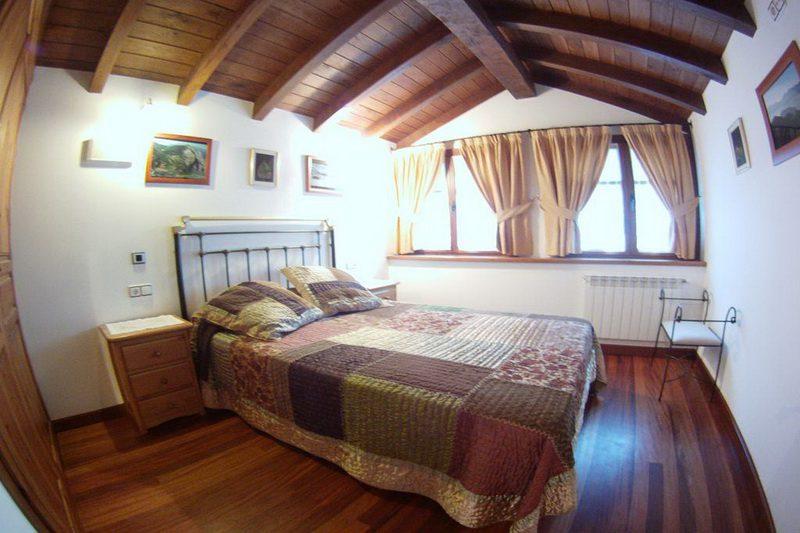 Dormitario con cama de matrimonio de Viviendas rurales EL Canton