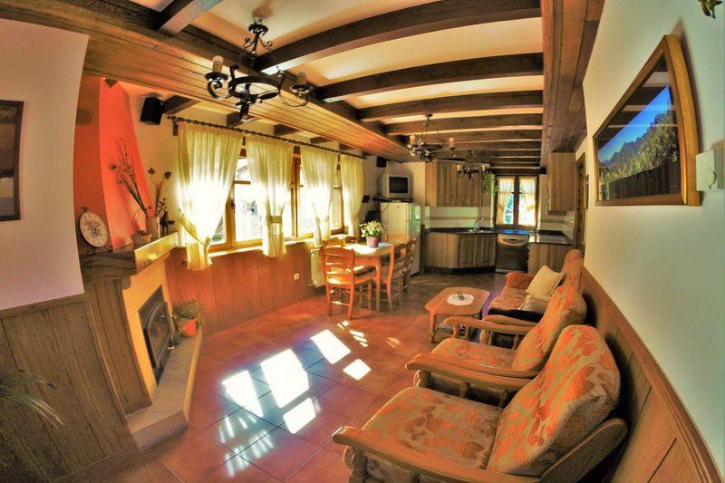 Amplio salón con chimenea en las Viviendas rurales EL Canton