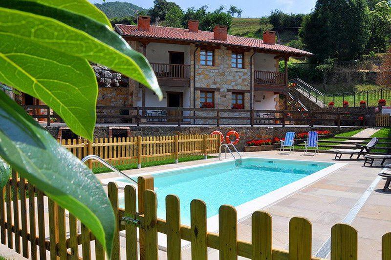 Vista del jardin y su magnifica piscina en los Apartamentos Rurales Los LLares