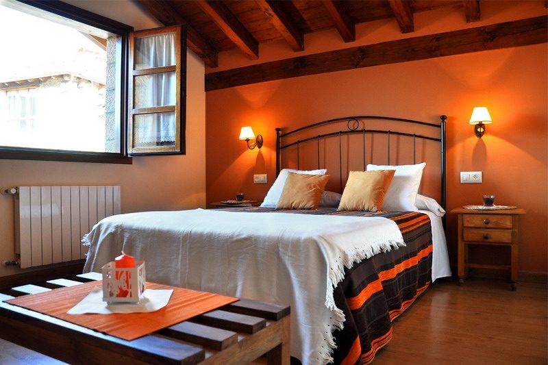 Amplias habitaciones con cama de matrimonio de Apartamentos Rurales Los LLares