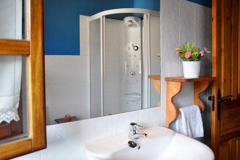 Baños completamente instalados con columnas de hidromasaje en Apartamentos rurales los Llares