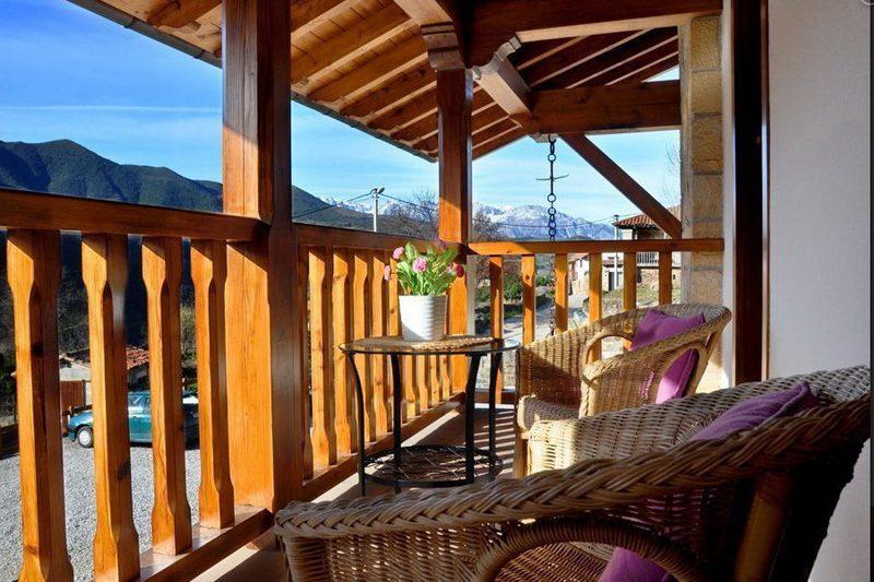 Terraza con vistas al parque Nacional de picos de europa desde los Apartamentos Rurales Los LLares