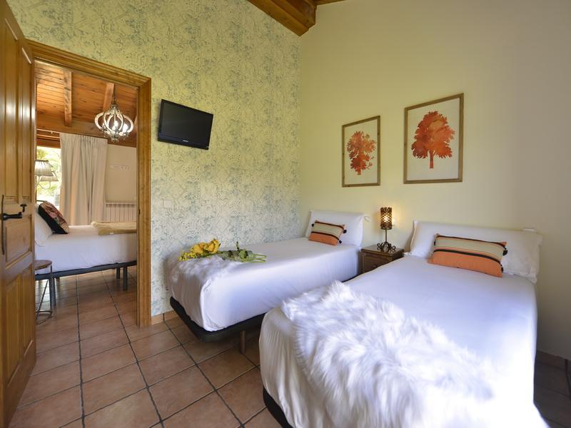 habitación con dos camas en los apartamentos turísticos El Puentuco