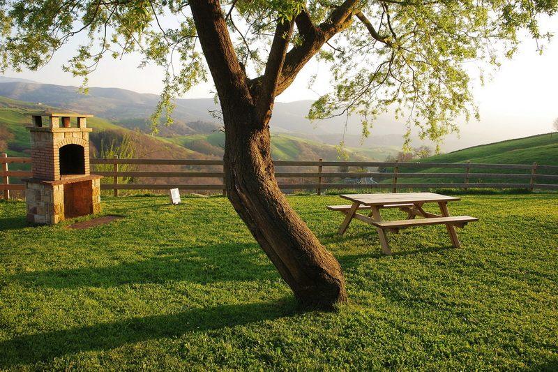 Jardín, barbacoa y vistas de La Casa de Bustantegua Casa rural en Cantabria