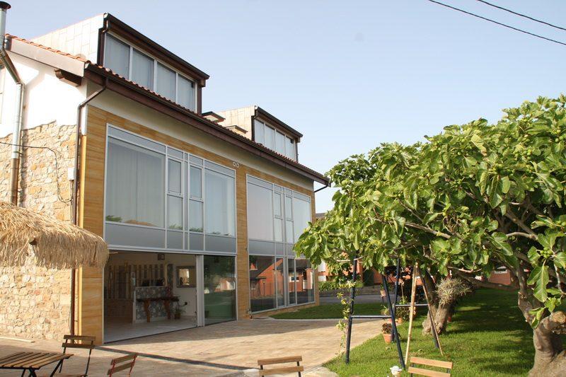 Exterior de la La Casa de Mamima posada en Miengo Cantabria con el jardín