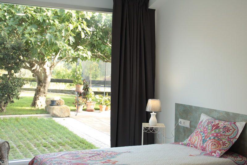 Una de nuestras habitaciones con jardín de La Casa de Mamima posada en Miengo Cantabria