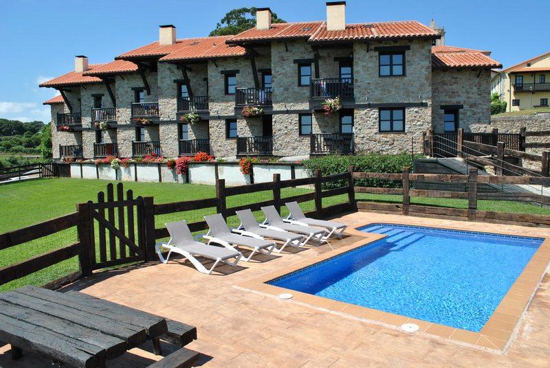 Vista general y piscina exterior de Apartamentos Spa Casco Historico de Isla Cantabria