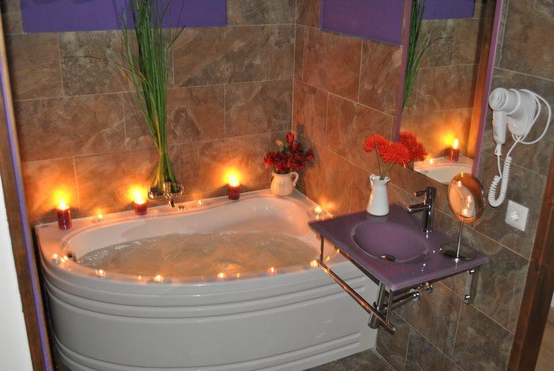 Bañera de hidromasaje en las habitaciones de los Apartamentos Spa Casco Historico de Isla Cantabria