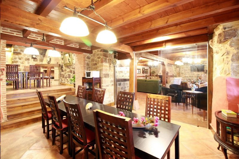 Gran salón con Chimenea de la Casa rural El Mirador de Lanchares