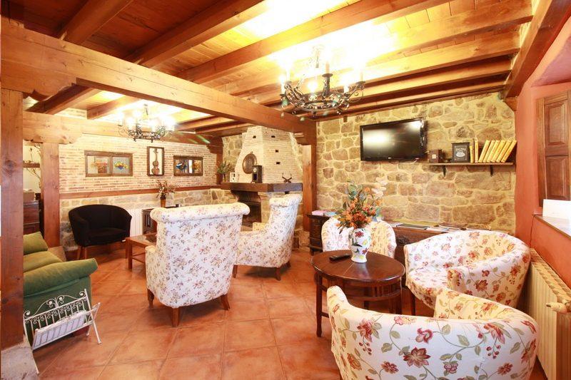 Vista de la chimenea en el salón de la casa rural El Mirador de Lanchares