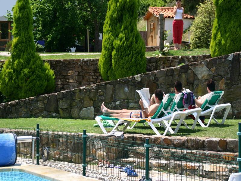El Covaju relax al borde de la piscina