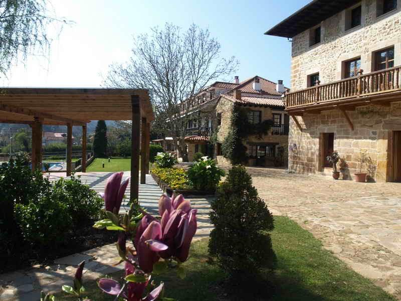 Vista parcial del jardín de Hosteria El Pomar