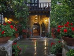 Puerta de acceso a través del jardín de el Hotel Casa del Marqués