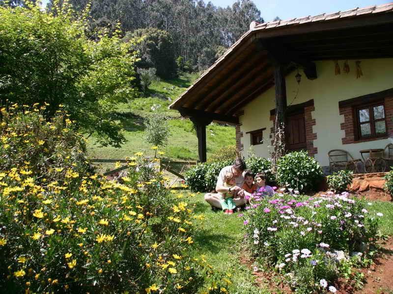 Los Acebos de Peña Cabarga disfrutando con los niños en el jardían