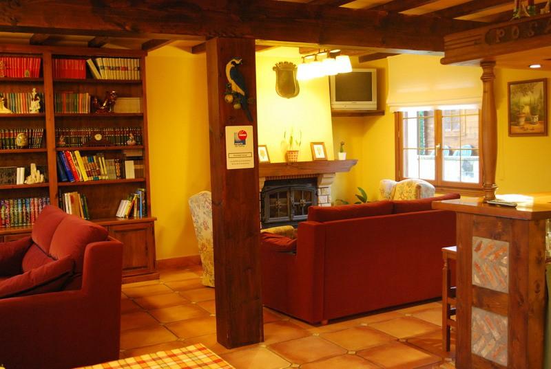 Gran salon con chimenea de Posada Cabarceno