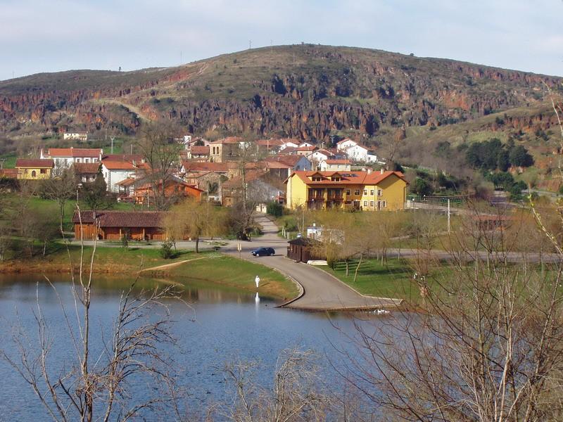 Posada de Cabarceno situada junto al lago del Acebos en Cabarceno
