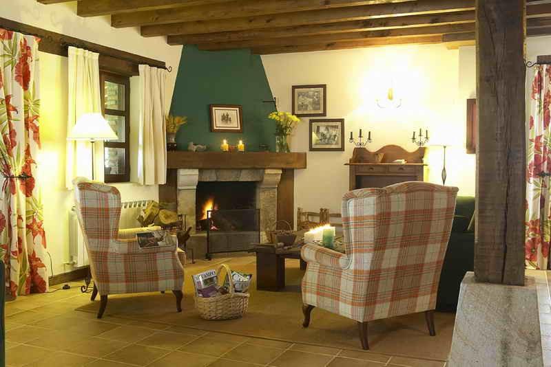 Posada Caborredondo gran salón con chimenea