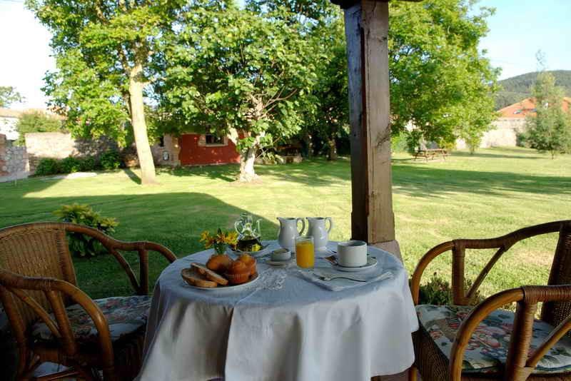 Posada Caborredondo desayuno en el jardín
