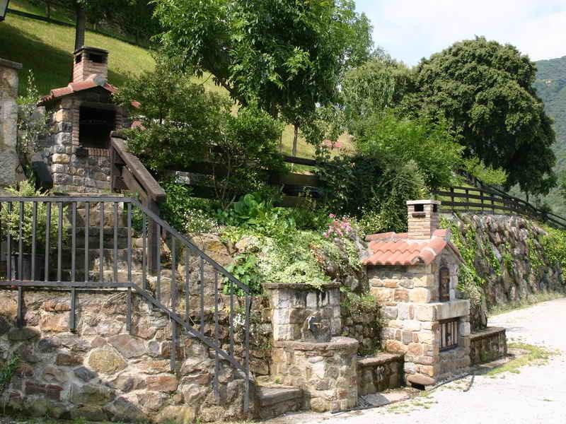 Viviendas Rurales La Fragua de talle de la barbacoa en el jardín