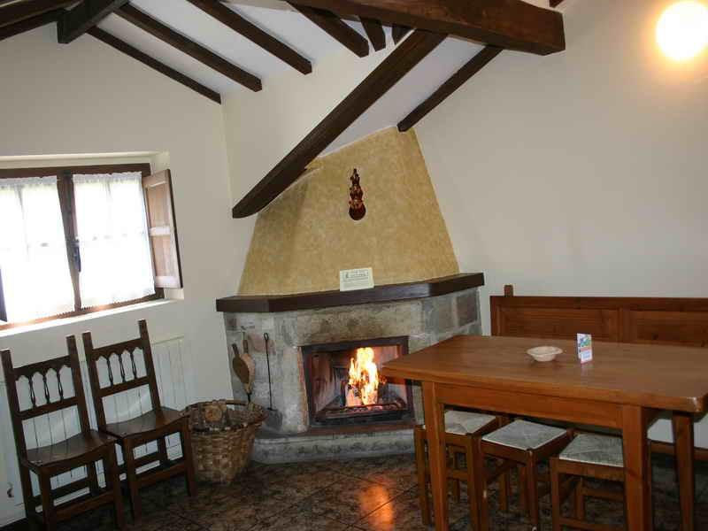 Viviendas Rurales La Fragua chimenea en el Salón de las viviendas