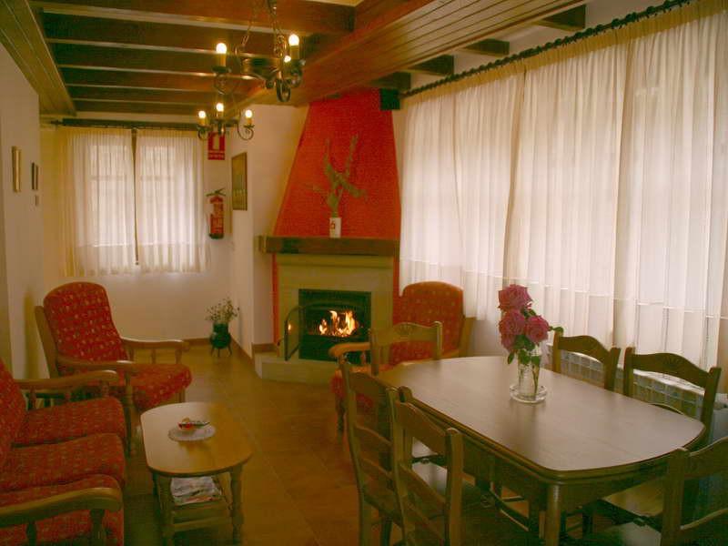 Viviendas rurales El Canton amplios salones con chimenea